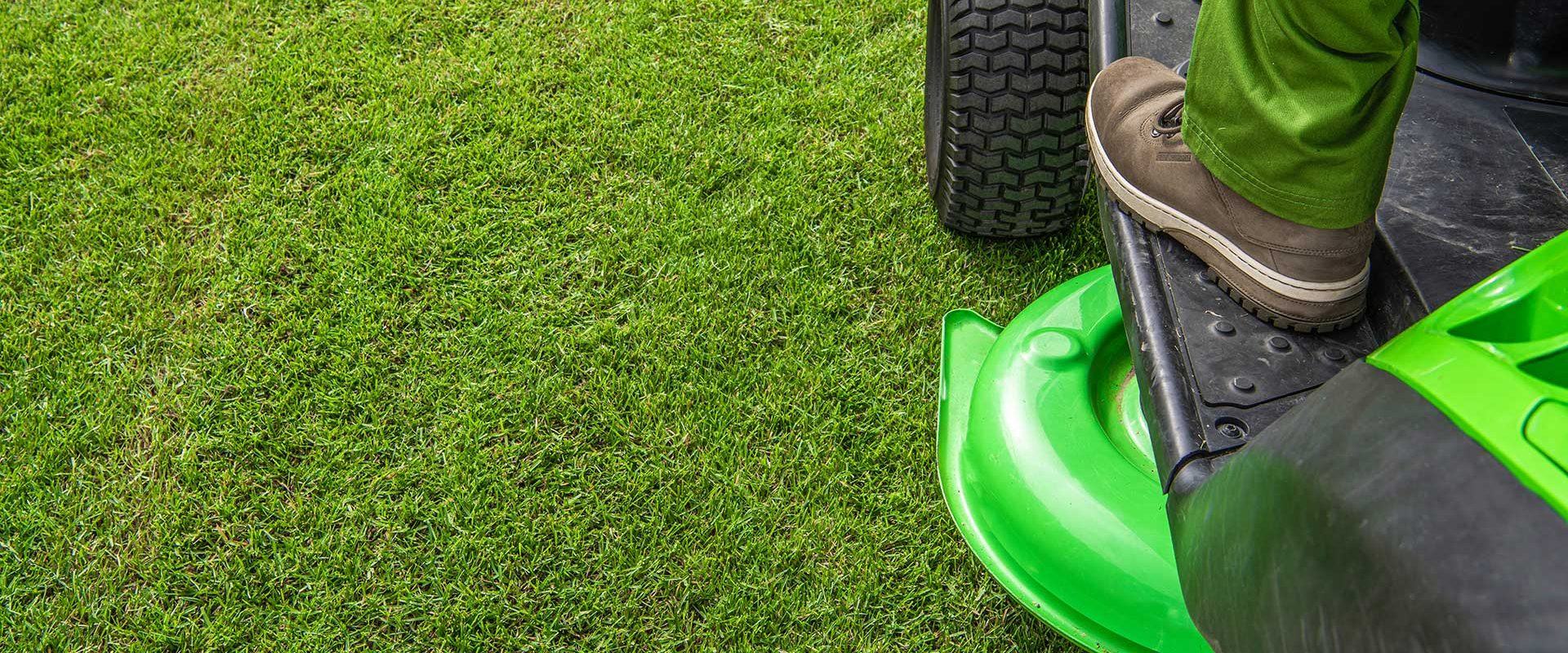professional-grass-mowing-backdrop-with-copy-space-CLTW4Z5